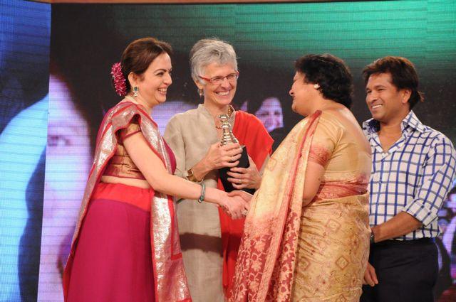Jo and Manju receiving the Real Heroes Award from Nita Ambani and Sachin Tandulkar